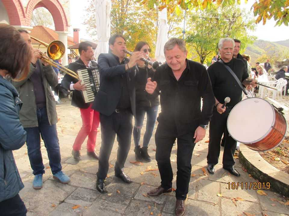 Με μεγάλη επιτυχία πραγματοποιήθηκε η αναβίωση του εθίμου της γουρουνοχαρας που φιλοξενήθηκε στην πλατεία της Μόρφης και διοργανώθηκε από τον Συλλογος Βοιωτων Κοζάνης