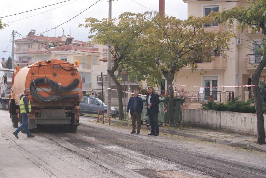 Σε εξέλιξη έργα ασφαλτόστρωσης και αποκατάστασης φθορών σε οδούς της Κοζάνης