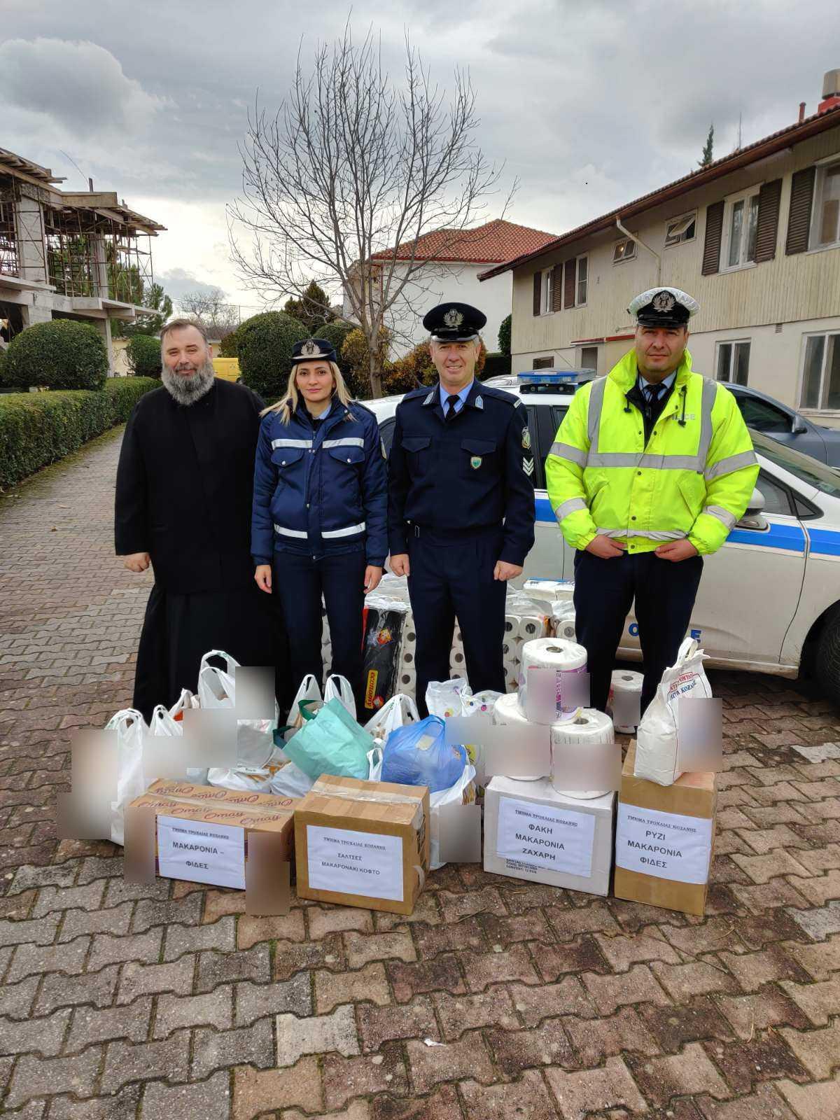 Στο πλαίσιο εορτασμού των Χριστουγέννων και του Νέου Έτους, οι Αστυνομικές Υπηρεσίες της Δυτικής Μακεδονίας συγκέντρωσαν εθελοντικά διάφορα είδη, τα οποία προσφέρθηκαν σε Ιδρύματα και φορείς
