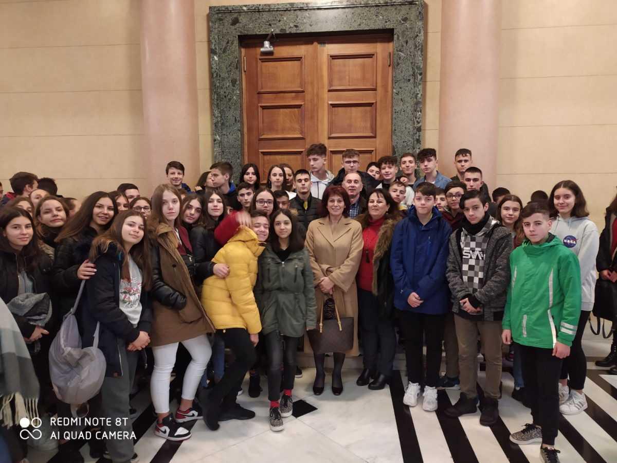 Υποδοχή των μαθητών του 4ου & 6ου Γυμνασίου Κοζάνης στη Βουλή των Ελλήνων, από την Παρασκευή Βρυζίδου Βουλευτή Ν. Κοζάνης της ΝΔ