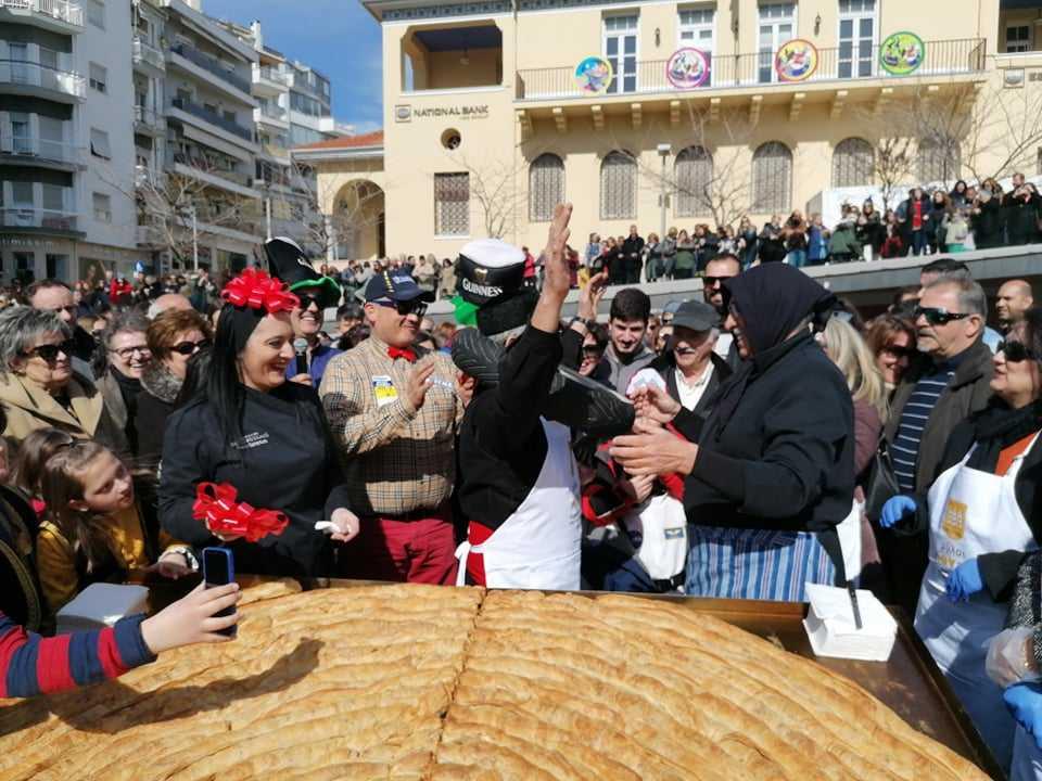 «Τα Παρταλόπλα χτύπησαν κορυφή με το τρανύτερο κιχί!» Κυριακή μικρής Αποκριάς: Εκατοντάδες κόσμου στην κεντρική πλατεία Κοζάνης