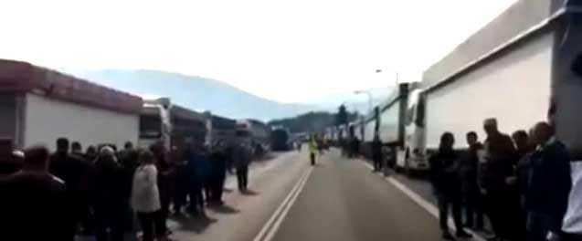 Διαμαρτυρία στη γέφυρα Σερβίων για τα χρωστούμενα της ΛΑΡΚΟ. Κόπηκε για 20 λεπτά η κίνηση των οχημάτων στον οδικό άξονα Κοζάνης- Λάρισας
