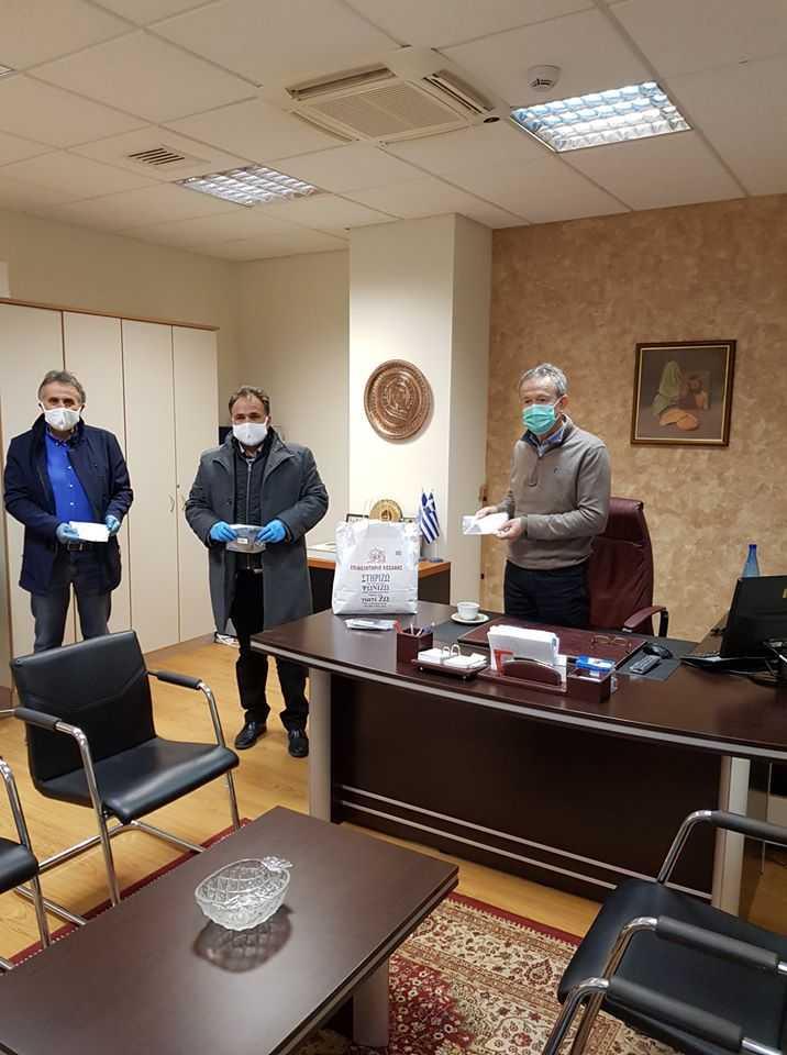 80 μάσκες πολλαπλών χρήσεων, για την κάλυψη των αναγκών του προσωπικού τους, προσέφερε το ΕΒΕ Κοζάνης στη Γενική Περιφερειακή Αστυνομική Διεύθυνση Δυτικής Μακεδονίας και στη Διεύθυνση Αστυνομίας Κοζάνης