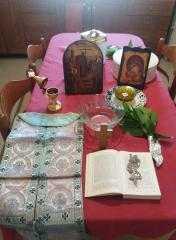Θαυμαστό: Νέοι γονείς με τα παιδιά τους προσκαλούν  τον παπά στο σπίτι τους, στην κατ' οίκον Εκκλησία. του παπαδάσκαλου Κωνσταντίνου Ι. Κώστα