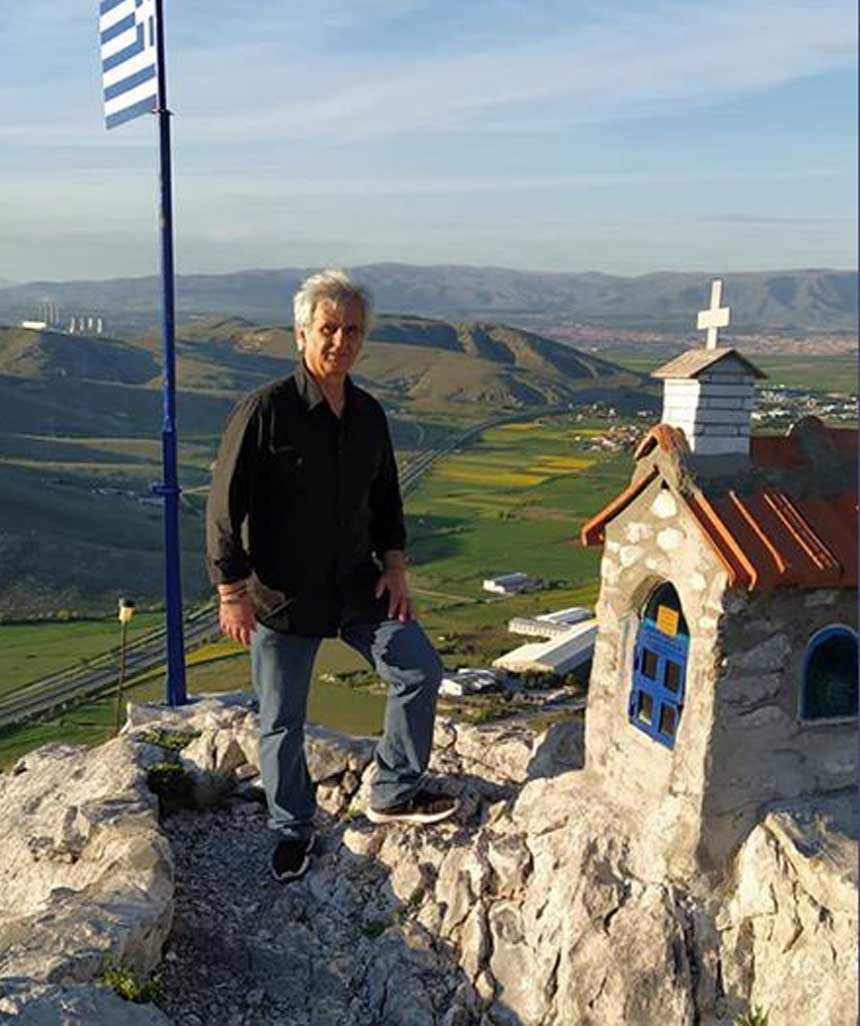 Το πανέμορφο εξωκκλήσι των Αγίων Κωνσταντίνου και Ελένης βρίσκεται στην κάτω μεριά του Ψηλού Αη'Λια φτιαγμένο από τον Κων/νο Μπελα και την παρέα του