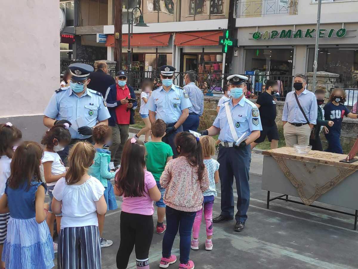Ενημερωτικά φυλλάδια Τροχαίας διανεμήθηκαν σήμερα από αστυνομικούς σε γονείς και μαθητές δημοτικών σχολείων, σε περιοχές της Δυτικής Μακεδονίας, εν όψει της νέας σχολικής περιόδου