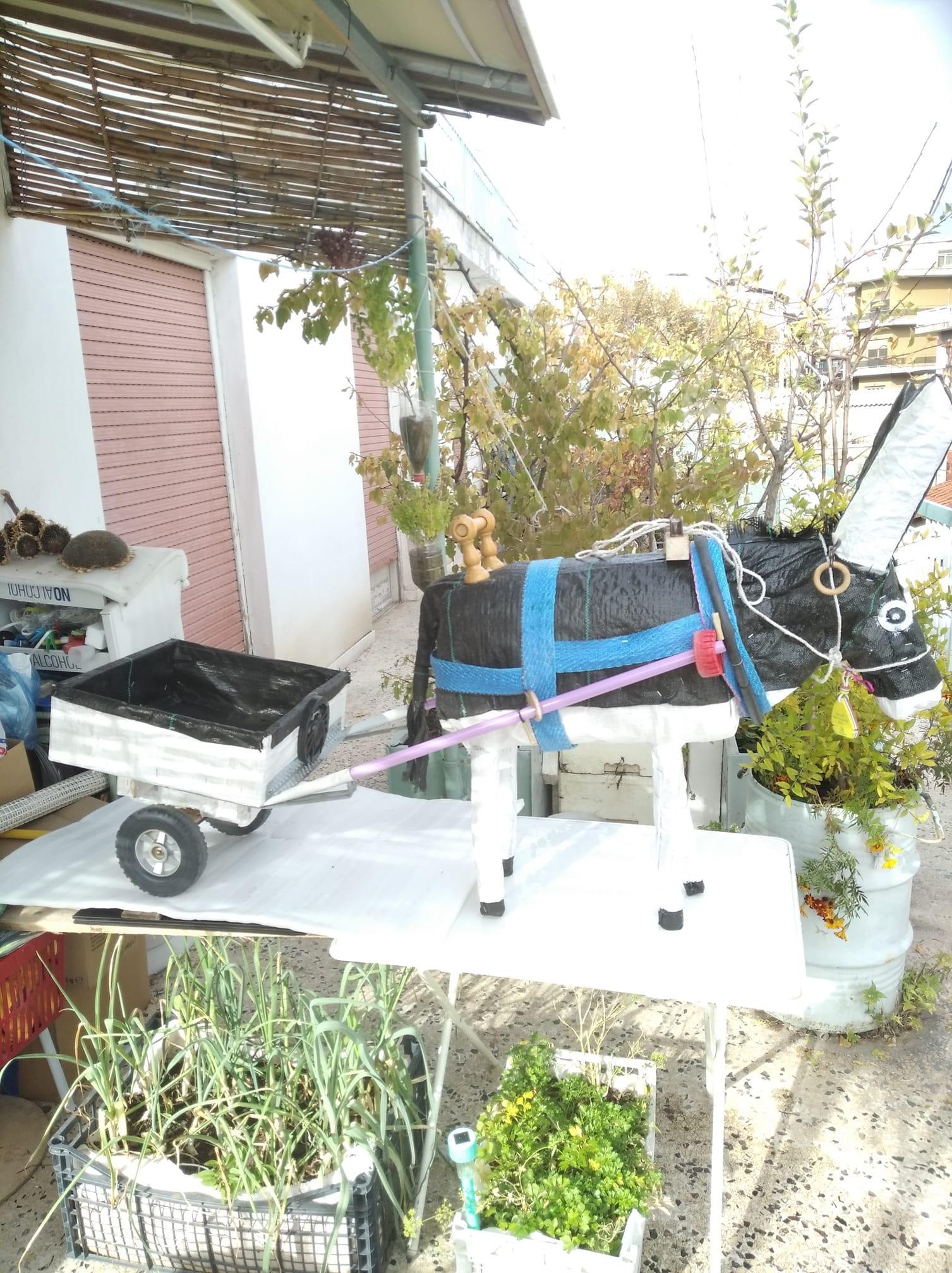 Η εφευρετικότητα του  Σταύρου Καραγιάννη. Η απίστευτη κατασκευή του από σκουπίδια για τα παιδιά του Β. Παιδικού Σταθμού Κοζάνης