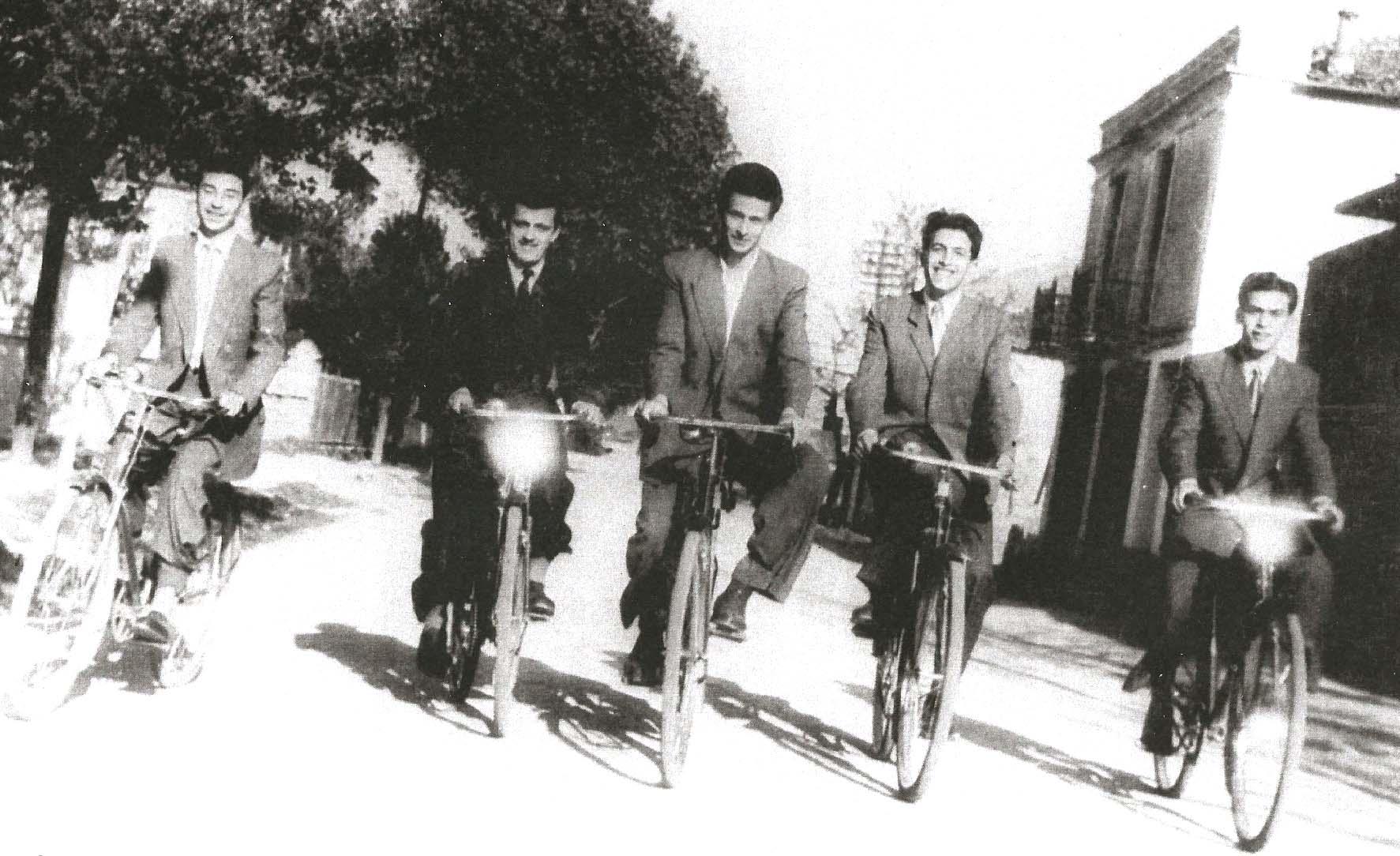 ΦΩΤΟΓΡΑΦΙΑ ΜΕ ΚΟΖΑΝΙΤΕΣ ΠΟΔΗΛΑΤΕΣ ΤΟ 1952